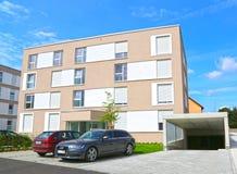 Eine neue moderne Stadtwohnung auf einem blauen Himmel in Deutschland stockbild