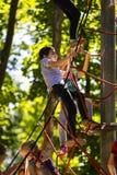 Eine neue populäre Kind-` s Anziehungskraft ist eine extreme Fichte mit Fliegenkindern von Adoleszenz Stockbild