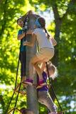 Eine neue populäre Kind-` s Anziehungskraft ist eine extreme Fichte mit Fliegenkindern von Adoleszenz Lizenzfreie Stockfotos