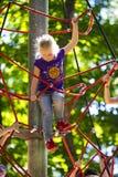 Eine neue populäre Kind-` s Anziehungskraft ist eine extreme Fichte mit Fliegenkindern von Adoleszenz Stockfotos