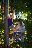 Eine neue populäre Kind-` s Anziehungskraft ist eine extreme Fichte mit Fliegenkindern von Adoleszenz Lizenzfreie Stockbilder
