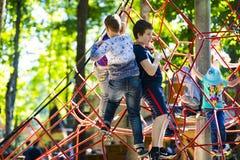 Eine neue populäre Kind-` s Anziehungskraft ist eine extreme Fichte mit Fliegenkindern von Adoleszenz Lizenzfreies Stockbild
