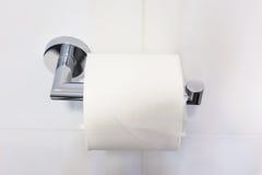 Eine neue Toilettenpapierrolle auf einem Stahlaufhänger Stockfotografie