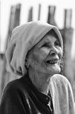 Eine nicht identifizierte alte ethnische Frau Montages wirft für das Foto auf Lizenzfreie Stockbilder