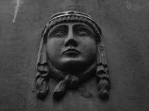 Eine niedrige Entlastung eines Frauengesichtes auf dem Stein stockfoto