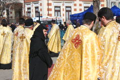 Eine Nonne zwischen orthodoxen Priestern Stockbilder