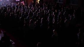 Eine oben genannte Ansicht vieler jungen Leute, die an einem Konzert stehen und klatschen Blaue Leuchte stock footage
