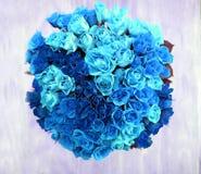 Eine obenliegende Ansicht eines Bündels von 80 blauen Rosen in einer Kreisform Lizenzfreies Stockfoto