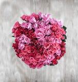 Eine obenliegende Ansicht eines Bündels von 80 Rosen in einer Kreisform ein Li Lizenzfreies Stockfoto