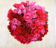 Eine obenliegende Ansicht eines Bündels von 80 roten Rosen in einer Kreisform Stockfotos