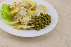 Eine Ofenkartoffel mit Huhn in der Sahnesauce mit grünen Erbsen - Nahaufnahme Lizenzfreie Stockbilder