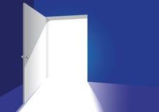 Eine offene Tür in einem blauen Raum Stockbilder