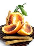 Eine Orange, die eingeschnitten wird, bessert aus Lizenzfreies Stockfoto