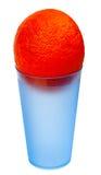 Eine Orange in einem blauen Plastikglas stockfoto