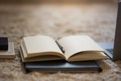 Eine ordentliche Anordnung für Notizbücher, Laptop, Ordner und Festplattenlaufwerk, stockfoto