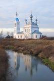 Eine orthodoxe Kirche auf einer Flussquerneigung Stockbilder