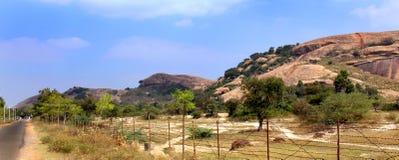 Eine Panoramaansicht des schönen Felsenhügels des sittanavasal Höhlentempelkomplexes Stockbilder