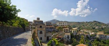 Eine Panoramaansicht von Gebäuden im alten Bergdorf Savoca in Sizilien, Italien Lizenzfreie Stockfotografie