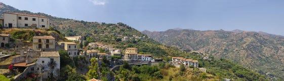 Eine Panoramaansicht von Gebäuden im alten Bergdorf Savoca in Sizilien, Italien Stockfoto