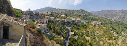 Eine Panoramaansicht von Gebäuden im alten Bergdorf Savoca in Sizilien, Italien Stockbild