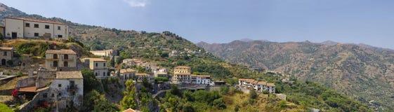 Eine Panoramaansicht von Gebäuden im alten Bergdorf Savoca in Sizilien, Italien Lizenzfreie Stockfotos