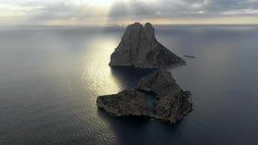 Eine Panoramasicht von Insel Isla de Es Vedra Ibiza und die Balear-Inseln stock video footage