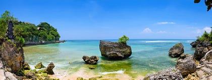 Eine panoramische Ansicht mit großem Bildschirm von padang padang Strand in Bali lizenzfreies stockbild