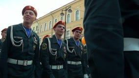 Eine Parade des Militärs stock video