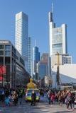 Eine Parade geht in die Stadt in Frankfurt voran Stockfoto