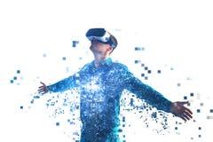 Eine Person in den Gläsern der virtuellen Realität fliegt zu den Pixeln lizenzfreie stockfotos