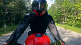 Eine Person in den Sturzhelmfahrten ein Motorrad, schnell fahrend stock video