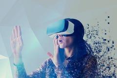 Eine Person in den virtuellen Gläsern fliegt zu den Pixeln Die Frau mit Gläsern virtueller Realität Zukünftiges Technologiekonzep Stockbild