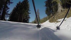 Eine Person, die hinunter einen Berghang Ski fährt stock video