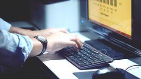 Eine Person die, die an Tischrechner arbeitet Stockbild