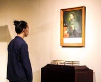 Eine Person an einem Museum lizenzfreies stockfoto