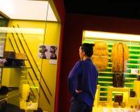 Eine Person an einem Museum stockbild
