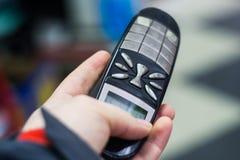 Eine Person sendet ein Telefon lizenzfreie stockfotos