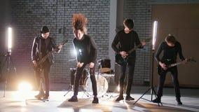 Eine Perspektivenrockgruppe, die eine Wiederholung hat stock video