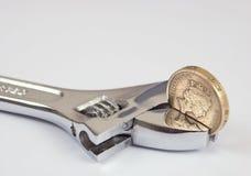 Eine Pfundmünze in einem Schlüssel Lizenzfreies Stockbild