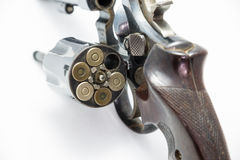 Eine Pistolenrevolverkammer ist offen, Munitionsgewehrmunition persönliche Waffe zeigend Lizenzfreie Stockbilder