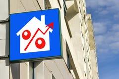 Eine Plakatwerbung der Verkauf von Immobilien Lizenzfreie Stockfotos