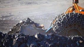 Eine Planierraupe sammelt Felsen stock footage