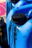 Eine Plastikdose voll schwarzes Schmieröl Lizenzfreies Stockbild