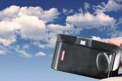Eine Plastikkamera des alten Filmes über Schmutzhintergrund Stockfotografie