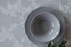 Eine Platte auf dem Tisch Die Serviette auf der Platte Legen Sie Einstellung ver Lizenzfreies Stockfoto