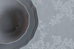 Eine Platte auf dem Tisch Die Serviette auf der Platte Legen Sie Einstellung ver Stockfoto