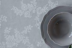 Eine Platte auf dem Tisch Die Serviette auf der Platte Legen Sie Einstellung ver Lizenzfreie Stockfotos