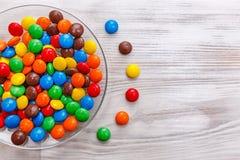 Eine Platte der farbigen Mischsüßigkeit stockbilder