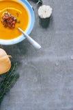 Eine Platte der Kürbissuppe mit einem jamon Lizenzfreies Stockbild