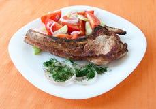 Eine Platte der Nahrung - gegrilltes Steak und Salat Stockfoto
